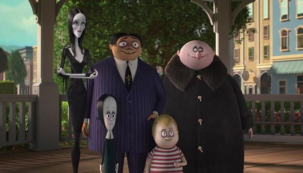 Familia Addams en un portico