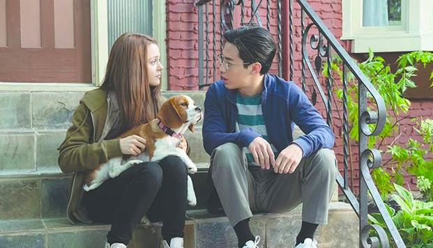 Mujer con un perro sentado junto a un hombre