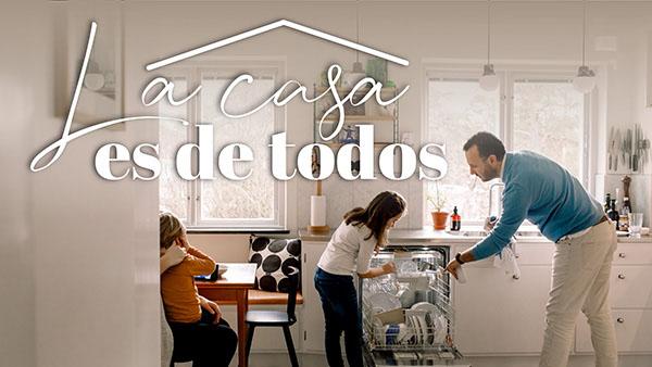 Miniatura del curso La casa es de todos donde se ven una familia ayudando a limpiar la cocina